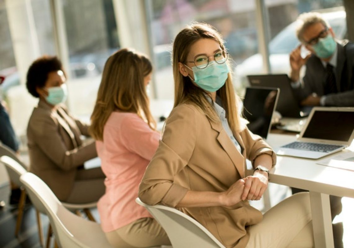jovem-mulher-com-grupo-de-empresarios-tem-uma-reuniao-e-trabalhando-no-escritorio-e-usar-mascara-como-protecao-contra-o-virus-da-coroa_52137-33607